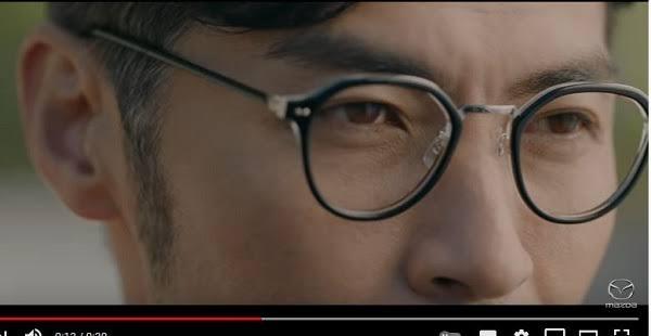 マツダCX-8のCM「満ちるとき」篇に出演する俳優の方がかけている眼鏡がどこのメーカーか教えて下さい。