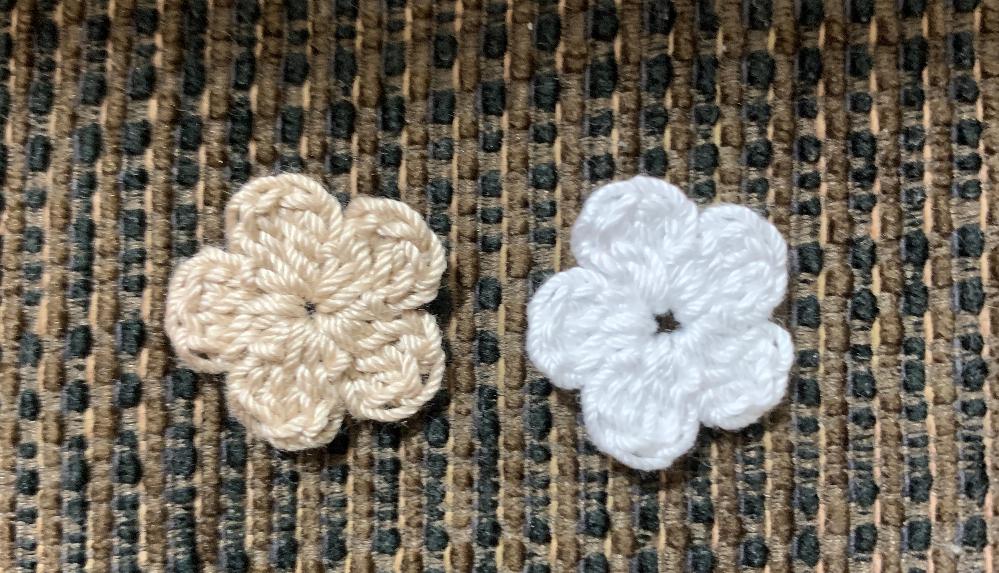 長編みのお花で、中心にすごく穴ができてしまうものと、そうでもないものがあるのですが、 原因は何でしょうか? 自分でもわかりません… 輪にして鎖で立ち上げ、 くさり2 長編み2 くさり2 引き抜き編み を5回繰り返し、輪を絞ってます。 穴が大きい方は、穴をなくそうと絞ると、花自体が小さくなってしまうのでこれ以上絞れません。 長編みの時、糸を引き出した量が違うのでしょうか? よろしくお願いします。