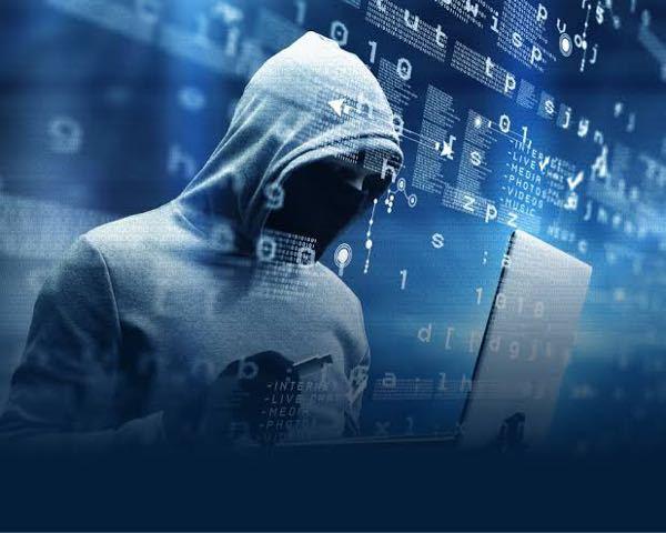 警察などの組織は、どのようにしてIPアドレスから個人を特定しているのですか? また、一般人でも、すごいハッカーなどは個人を特定できるのでしょうか?