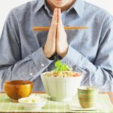 ラーメンを食う前に、合わせた手に箸を持ち、いただきますと言って、ズズズーと啜るのは、正しい食事作法ですか?