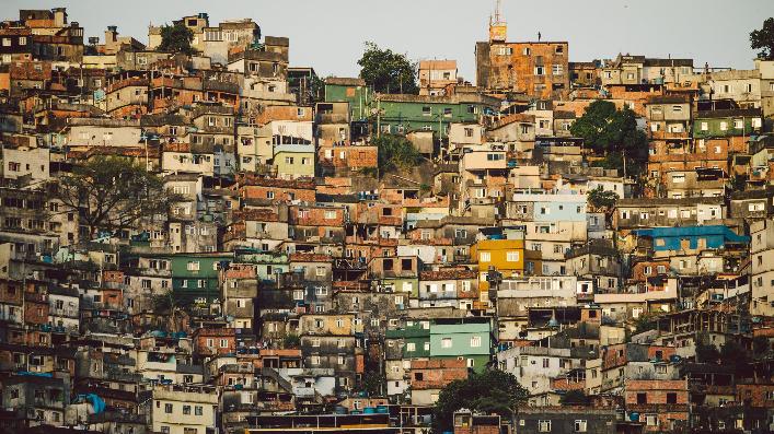 何で南米は日本の発想とは逆で、低地に高級住宅地が出来て、高地にスラム街が出来るようになったんですか?