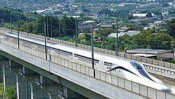 リニア新幹線 - L0系の開業まで、あともう少しとなりました。 時速600km、東京名古屋間40分です。 このリニア新幹線、あと100年ぐらいすると、日本中の新幹線がリニアに取って代わるのでしょうか? それとも、千年経とうが、東京名古屋間だけですか? そんな馬鹿なことにはならないですよね? 最新技術は、万人が享受できなければなりませんので。