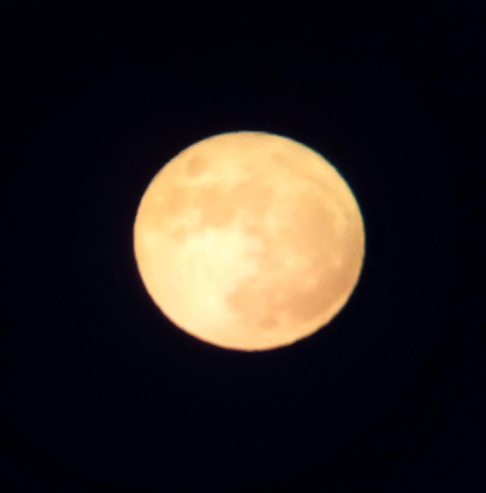 西日本の19時すぎの薄曇りごしの名月です。 皆様の所は見えますか?