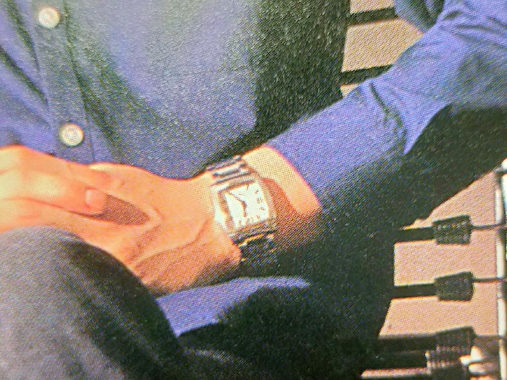仮面ライダー555の木場勇治が身に付けている腕時計のブランドと種類が知りたいです。画像は写真集からのものです。よろしくお願いします。