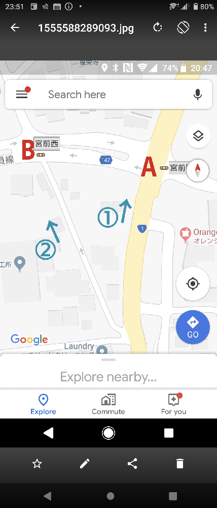 ショートカット!! 地図は私の地元の道です。 私の住む市には新興住宅街が集まっており、住民が増え続けています。新しく入ってきた人が少々誤解をしており、この場で訂正したくてペンを取りました。 ルート①:1号線(主幹道路)矢印方向へ進み、信号Aを左折。 ルート②:側道、1号線のバイパス(ショートカット※)みたいな道。信号Bを左折。 どちらも左方向へ行きたい場合。 ※ショートカットできますが、②が〝常に〟早いとは限りません!! と言うのは、信号とのタイミング次第で①の方が早い場合もあります。経験から言うと、半々です。 詳しく言いますと、Aが青で、Aの歩行者用信号が点滅してなければ、ルート①の方が早い。Aの歩行者用信号が点滅、あるいはAが黄色、赤ならルート②の方が早い。という事になります。ただし、ルート②に車が半分程(見極めが必要!信号変わるの早い)並んでいたら、信号関係なしでルート①の方が早いです。 ルート②はショートカットにはなりますが、タイミング次第で遅くなる時もあります。しっかり信号を見て、見極めが必要です。 いわゆる『市民の道(ルート②の側道)』は、住民の皆さんが優先的に使える道ですので、住民の皆さんの迷惑にならないように静かに通りすぎましょう。 さて、ここで質問ですが、地元民の間の暗黙の了解を無視する事はタブーですよね?皆さんの『郷に入っては郷に従え』エピソードを教えて下さい。