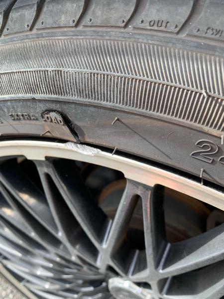縁石で擦ってしまい、タイヤの表面が破れてしまいました。 通勤中のためそのまま運転しましたが今のところ問題なく走れましたが、タイヤの状態的に交換した方がいいでしょうか? 詳しい方よろしくお願いします。