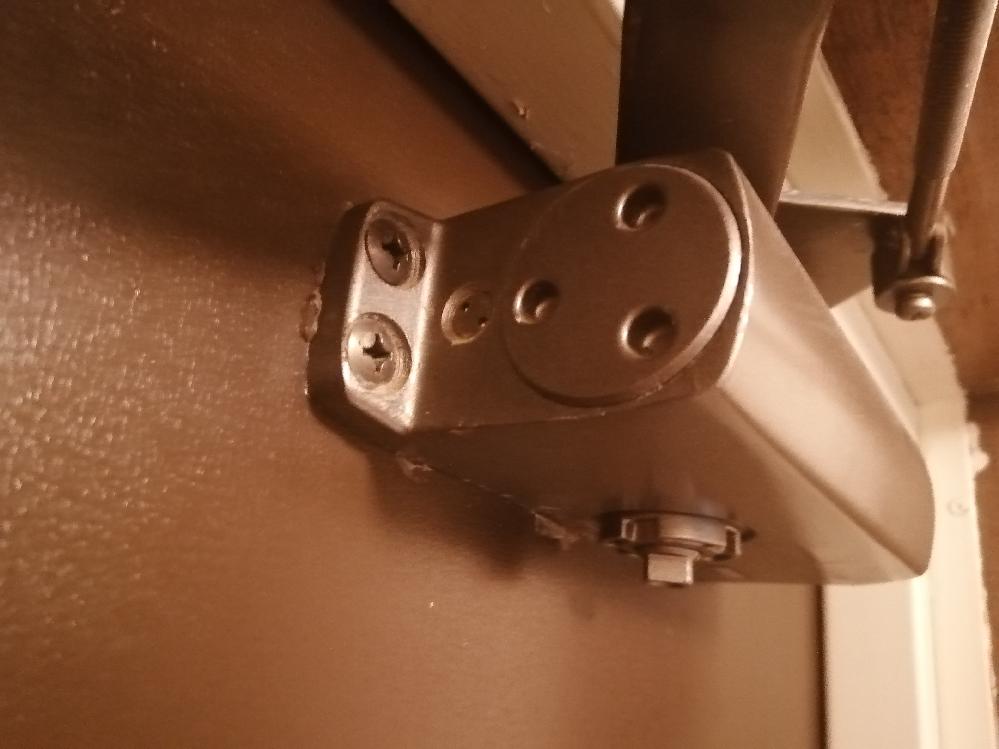 玄関のドアの構造に詳しい方に質問です。最近マンションに引っ越したんですが、ドアを開けて勝手に閉まる際「バタン‼」と凄い勢いで閉まって近所迷惑で困ってます。 以前住んでたアパートでは閉まる際ゆっくり閉まるのがデフォだと思ってたので大変困ってます。 ネットやYouTubeで調べたんですが動画とは構造が違ってました。こう言った構造んですがどうやったら遅く閉まりますか?