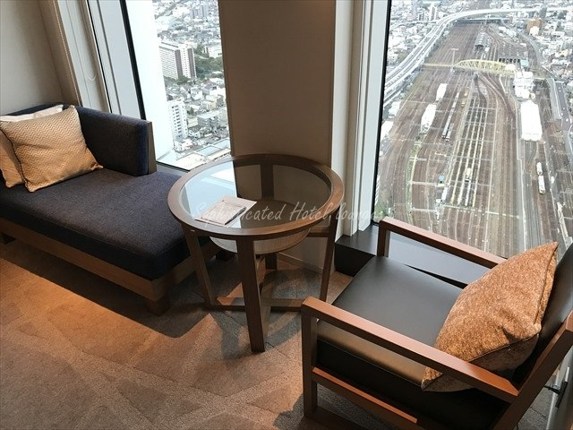 名古屋プリンスホテルに宿泊した際、この丸テーブルがとても気に入って、手に入れたいのですが、どこのメーカーの物か分かる方いらっしゃいますか??