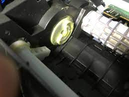 キャノンMP640というプリンターの修理をしようと思ったのですが、カムと呼ばれる部品を取り付ても正常な状態(真ん中の上側の大きなローラ(給紙ローラ)が用紙を載せる部分と離れている状態)にならず、 当たった状態のままでまとめて何枚も巻き込んでしまいます。恐らくカムをただセットしただけではダメなのだと思うのですが、どうしていいか分かりません。どなたかお判りにならないでしょうか。