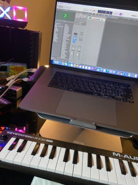 MacBookProでlogic pro を使用しています。 midiキーボードを使って logic内の音源を鳴らしても、ピアノの音しかでません。 シンセも、ギターも、ドラムも、全てピアノの音が出ます。 設定などから、変えれるのでしょうか?? あと、現時点でlogic proの1番新しいバージョンは、logic pro x ですかね? 詳しい方、教えてもらえると助かります。 よろしくお願いしますm(__)m