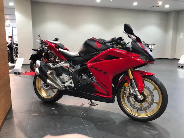 CBR250RR MC51(2020年式)のグランプリレッドを乗っている方って少ないような気がするのですがなぜですか? 個人的にはめちゃくちゃカッコいいと思うのですがバイク好きからしたら何かいまいちなポイントがあるのでしょうか?