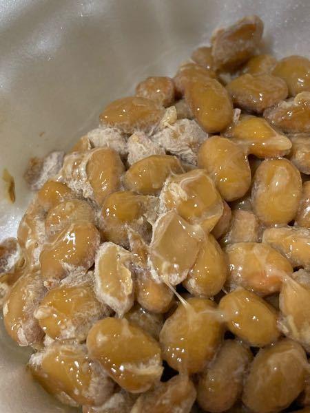 至急! 納豆を買ってから3日野菜室に保存していました。 野菜室に入れるとだめと見たので見た目を確認して食べようと思ったのですが 画像のように白い部分があります。 これは納豆の成分とかですか?それとも腐って るのでしょうか? 匂いは特に変わりありません。