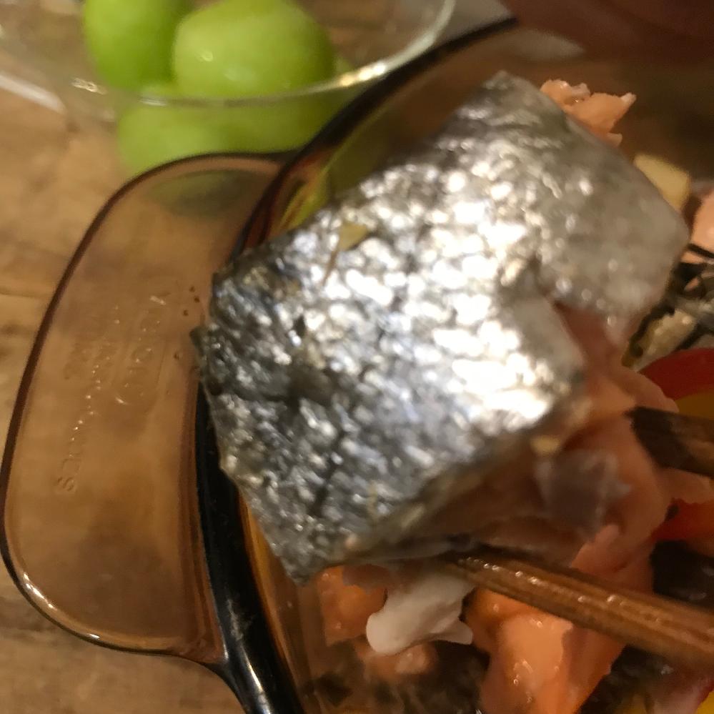 秋鮭をオーブンで25分ほど焼きました 皮が焼けた感じにはなってなくとも、 熱を入れてるので問題ありませんよね?