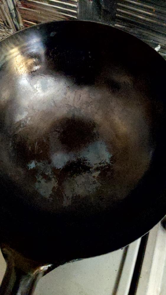 初めて中華鍋を購入しました。 山田工業所の中華鍋です。 空焼き後に黒錆付け?もした方がいいとのことで黒くなるまで油ひいて空焼きを繰り返しました。 手順が悪かったのか…そもそも空焼き後、黒錆付けする必要はなかったみたいで失敗しました… 料理をすると塗装が剥がれたかのように最初に空焼きした時のグレーの箇所がでてきました。 たわしで黒いカスがでなくなるまで擦っても加熱するとまた黒い箇所が剥がれてきます。 野菜などに黒いカスがついて しまい食べれません。 もう処分するしかないかと思っていますが、修復方法があれば教えてください。 よろしくお願いいたします。
