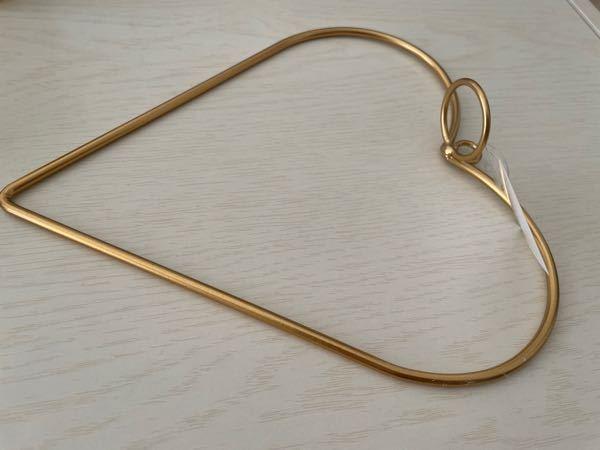 使い方を教えてください ハートの型に丸い輪っかがついており、多分引っ掛けるんだと思うんですが使い方がわからないのでわかる方教えていただきたいです。 ちなみにlatticeの福袋に入ってました
