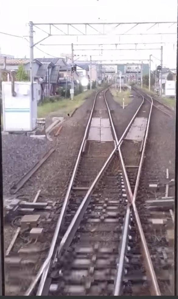 標準軌と狭軌がこのように平面交差する場所が存在するのですか? (・・;)…