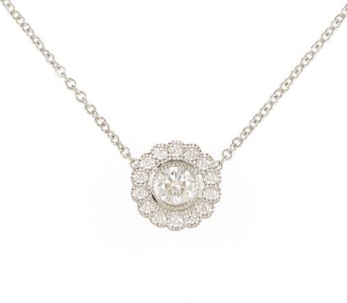 ティファニーに詳しい方、お願いします。 画像のティファニーのプラチナネックレスのエンチャントフラワーについて、です。 販売されていた年代、値段、ダイヤモンドのカラット数だとか、教えて頂きたいです。 よ
