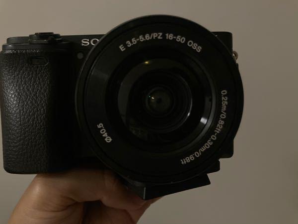 """sony 単焦点レンズ(E 35mm F1.8 OSS)について教えてください。 頭が混乱してきました。素人新米ママです。 現在、a6400のダブルズームキットを持っています。子どもの写真(特に室内)を撮る時に標準でついてきたレンズでは暗く、明るいレンズを購入したいと考えています。 そこで""""単焦点レンズ(E 35mm F1.8 OSS)""""を買おうと思ったのですが、焦点35mmが気になります。これは標準でついてきたズームレンズの小さいほう(16-50mm)で35mmに合わせた画角の単焦点で撮れるのでしょうか?どれかがフルサイズ換算されているのでしょうか?今の16-50mmの16mmの画角を確保したければどのレンズを買えばいいでしょうか? 子どもが小さく、このご時世のためお店に足を運ぶことができません。拙い質問でごめんなさい。よろしくお願いします。"""