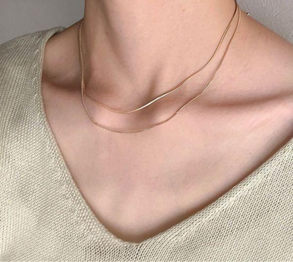 至急お願いします! 鎖骨にかかる感じの細めのネックレスありますか?? 安いのでお願いしますm(_ _)m イメージはこんな感じです。