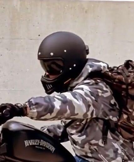 この方がつけてるヘルメットの商品名わかる方いませんか? それとこれに似た規格物のヘルメット教えて欲しいです!