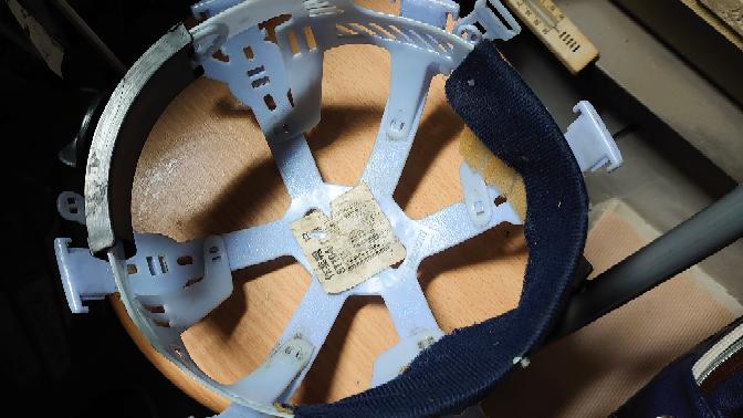 こんばんは このヘルメットのあごひもの留め具が壊れてしまいあごひもを替えようと思ったのですが製造元が分からないので どなたか分かる方おられますか? 見にくくてすみません