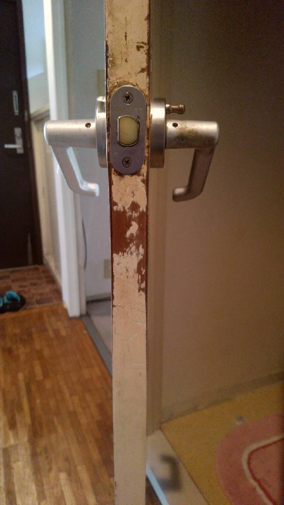 実家のトイレのレバーハンドルが古く交換したいのですが、廃盤な上、在庫があってもやたらと高いため悩んでいます。 互換品を探すか、別のメーカーや型番で加工もして取り付けるか、安く済ますためにどのような方法があるか知りたいです。 現在付いているハンドルは、miwa rtです。レバーが下に下がらず、上に上がると扉を開けられる状態です。 良い方法をお知りの方、ご教示の程宜しくお願いいたします。