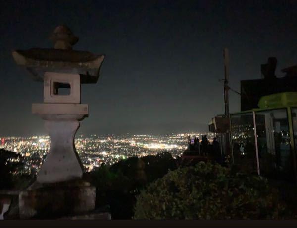 この画像、福岡か佐賀の夜景が見える山みたいなのですが、どこかお分かりの方おられますか?公衆電話と灯籠と建物があり、人が数人いるぐらいしかわからないのですが・・