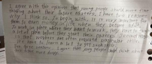 英検2級writingの添削をお願いします。 もしよろしければ、アドバイスなどもいただけると嬉しいです。 トピックは Some people say that young people shou...