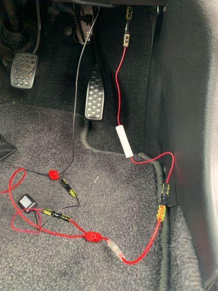 こんばんは。 車の電装DIYを最近やり始めた初心者です。 LEDフットランプをドア連動するようにとりつけ無事に思った通りの光り方をしてくれているのですが、常時電源線から分岐させた線とLEDの間に管ヒューズ(1A)をわりこませると光らなくなります。 一応検電テスターで調べたところ、そもそも管ヒューズ自体に電気が通ってないようでした。 これはどういうことなのでしょうか。 どなたかご教授お願いいたします。 一応ヒューズありの画像を添付します。