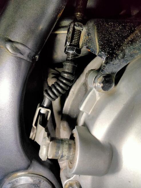 バリオスのクラッチワイヤーを交換しました。 なぜかクラッチアーム(?)が飛び出してしまい、写真のようになってしまいました。 こうなってしまった原因がまったくわかりません。 元に戻すにはクラッチカバーなど分解する必要はありますでしょうか?