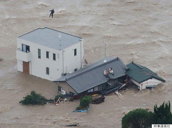 メガソーラーって環境破壊だと思いませんか? 田んぼの保水能力が落ちてしまい、洪水が起こった時に水を溜められる場所が無くなってしまっている。 一度、洪水が起こると市街地まで水没してしまいます。 あまりにもメガソーラーが出来過ぎたおかげで、環境破壊よりも深刻な生活破壊が起こっている地域もあります。 例えば茨城県常総市です。 東京から比較的に近い場所で、田んぼばかりの田舎です。 戦国時代、徳川家康の江戸の陸地化。 利根川の東遷事業の影響で、昔の常陸川が、今は利根川と呼ばれています。 利根川は人工的に流れを変えられたので洪水が多発しました。 利根川は江戸に流れていた川。 埼玉県鴻巣市の辺りで、伊奈忠次が常陸川に水を流し込み、銚子や波崎の方に水が流れていく形になりました。 千葉県の北部と茨城県の南部は洪水だらけになってしまったのです。 徳川家康の時代以降、400年にわたり洪水に悩んできた地域です。 堤防や土手が整備されるなど利根川の洪水は無くなりましたが、 周辺の鬼怒川水系などは今も何年かに一度洪水が起こります。 7年前に常総市が広範囲にわたり洪水の被害に遭いました。 鬼怒川の水が土手を越水して、土手も決壊してしまいました。 常総市役所も水没するなど、本当に大きな被害にあいました。 新築のマイホームが水に流されたり、借金苦で今も住民を苦しめています。 メガソーラーが増えた影響で生活破壊も起こっているんです。 大雨が降った時の田んぼの保水能力が落ちています。 また大きな台風も増えたので、どんどん地域が弱くなっています。 メガソーラーって本当は環境に悪いですよね。