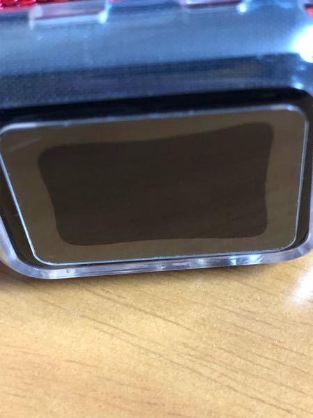 アップルウォッチのガラスフィルムが全面に吸着せずに写真のような状態になってしまいました。強く押しても元に戻ってしまいます...詳しい方どうすればいいのか教えてください