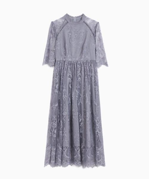 ドレスの靴選びに悩んでます、、、 このドレスだったらどんな色のパンプスが合うと思いますか? これが売られてるサイトのモデルさんは明るめのちょっとツヤっとしたシルバーを履いてました。 おねがいします