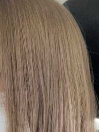 髪を3回ブリーチした後、紫を入れてもらった色落ちがこのような色(クリームベージュっぽい色)なのですが、ここから白っぽく明るくしたいならもう1回ブリーチするしかないでしょうか。 茶色味を打ち消したいのですが、この上からカラーのみで明るくできますか。