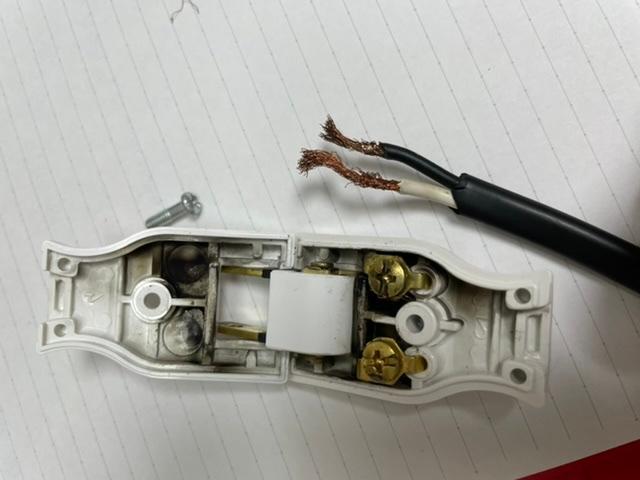 ドライヤーのプラグが取れてしまいました。 自分でなおそうと思い中を開けたらこのような状態でした。この状態で使用しても問題ありませんか? またプラグと銅線を繋ぐ方法をネットで調べたのですが、まず銅...