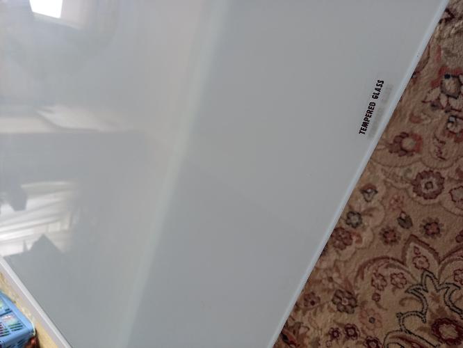 ガラステーブルの表はどちらでしょうか。 何年も仕舞い込んでたテーブルをだしましたが、表裏どちらかわからなくなりました。 ガラスでつるつる面と白濁でザラザラ面どちらが上(表)なんでしょうか。 P...