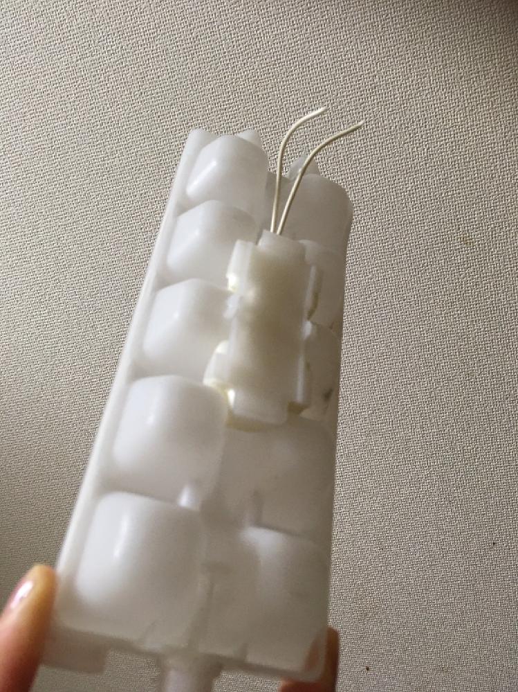 冷凍庫の製氷皿につながっていたコードを切断してしまいました。 発火の恐れはないでしょうか? 冷凍庫の引き出しの上に取り付けられていた製氷皿が取れてしまい、引き出しを閉める邪魔になっていたので、冷凍庫と製氷皿を繋いでいる線を切断してしまいました。 ただのゴムチューブだから問題ないかと思い切断したのですが、切ったチューブの中からコードが出てきて怖くなっています。 これは何の線だったのでしょうか? 発火の恐れはないでしょうか? 今は一晩なら大丈夫かと思い冷蔵庫のコンセントを抜いていますが、応急処置の方法はありますでしょうか。 買い換えた方が良いでしょうか。 わかる限りでいいので、回答お願いいたします。