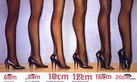 なぜ女装の人てハイヒールを履くとぎこちない歩き方になるのですか。 ・・・・・・・・・・・・・・・・・・・・・・・・・・・・・・・ 10㎝以上のピンヒールを履く女装者。 特に外国の女装者に多いのですが。 みなさん不自然な歩き方をしていますが。 なぜ女装の人て女性みたいに自然にハイヒールで歩けないのですか。  と質問したら。 練習不足。 という回答がありそうですが。  ですがyoutubeに女装...