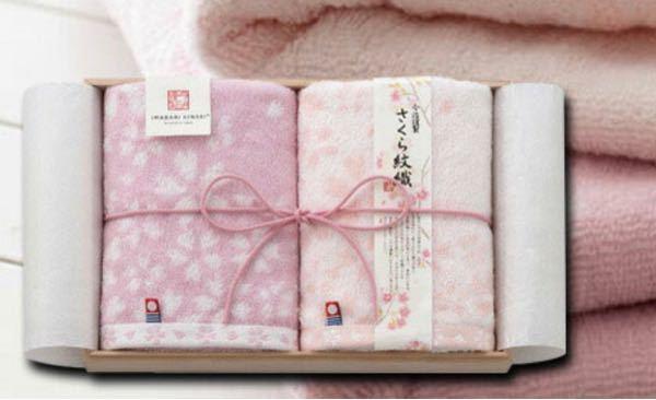 引っ越しを機に男性と一緒に住む友人に 贈り物をしたいと考えていて 今治のタオルにしようと思っているんですが すごく綺麗な桜柄のタオル(ピンク薄ピンクの2枚セット)があったんですけど 男性と一緒に住むと考えたら 無地のセットにした方がいいですかね?