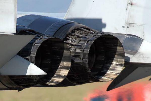 なぜF-15などのジェット戦闘機は可変ノズルが装備されているのですか?