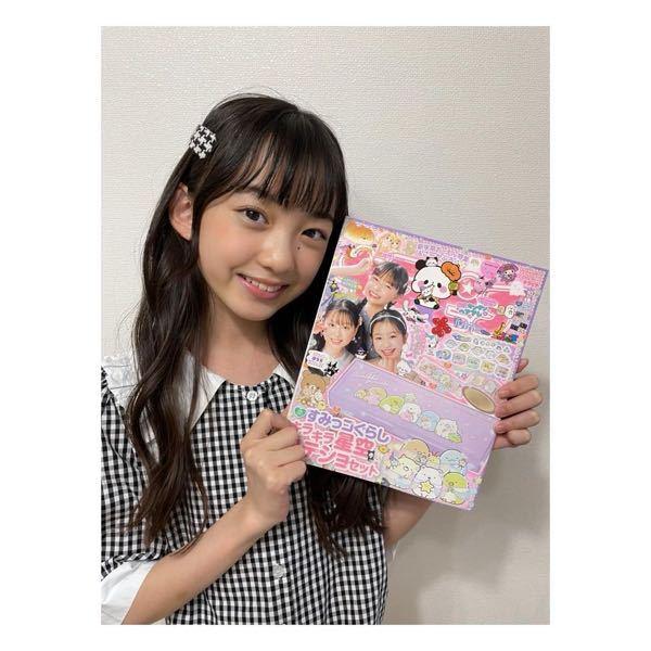 女子小学生モデルの鎌田英怜奈ちゃん(12歳)目当てでキラピチ(女子小学生向けのファッション雑誌)を購入したいんですが流石に42歳のおっさんがこの本を持ってレジ前に並んだら店員やほかのお客さんに変な目で見られま すよね。 そうならないようにほかの本と一緒に購入したらカモフラージュになりますか? ちなみに先月、彼女を含めた4人の小学生モデルがオシャレコーデを披露した本をワンピースの最新刊と一緒に買ったら店員に怪しまれなく済みました。 https://detail.chiebukuro.yahoo.co.jp/qa/question_detail/q10248820145?fr=ios_other