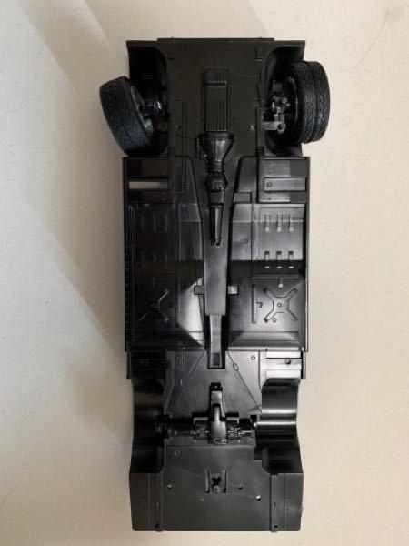 車のプラモデルの質問 プラモデル です。シャシーと一体化しているエンジンってどうやって塗装してますか?マスタングテープでエンジン以外を覆って塗装。とかでしょうか??あと、余り見る機会のないシャシー部分ですが、エンジン部分以外のシャシー部分(??)って塗装しますか?元のシャシーのカラーが赤や白の場合はともかく画像のようにカラーが黒の場合エンジン以外塗装しなくていいようなきがするのですが… 任意ですが初心者にもおすすめのカープラモデルってありますか?変なこだわりがあるので前輪が可動するものがいいです 回答を待ちしてます