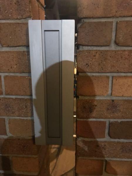 門柱用縦型ポストの隙間を埋めるのに適したモノをご教示ください。元々はセメントが隙間を埋めるのに使われていました。バネ蝶番が壊れてネジもバカになっていたので取り外して修理して元に戻しました。 質問は ①隙間を埋めるのに適したものはなんですか?ポストは雨が降り込む場所です。 ②セメントだとしたらおすすめのセメントは有りますか?コーナンに行ったらいろいろ種類がありました。 お手数ですがご教示ください。