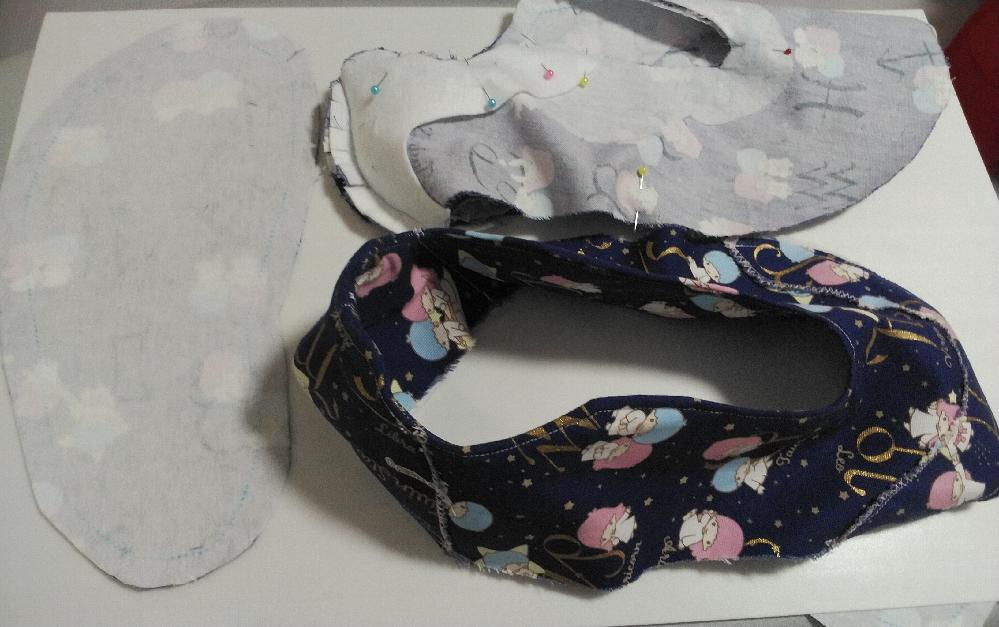 画像は仕立てている最中のキキララのオックス生地のスニーカータイプの布靴ですが、底の部分で下側の部分はやや厚めの接着芯を貼って、 さらにバッグやカバンの底の部分に使用されている底板(ベルポーレン)を靴底の出来上がりに裁断して使用する事にしましたが、家庭用のミシンでベルポーレンの底板とやや厚めの接着芯を貼ったオックス生地を縫いつけた場合、家庭用のミシンは傷むのでしょうか?また、家庭用のミシンで縫いつける以外でベルポーレンの底板をしっかりと付ける方法を教示願います。また、イオンとかのショッピングモールでは、ガラスの破片や金属の破片を踏んづけてしまう恐れはあるのでしょうか?そう思ったら怖くなって、布靴の下側の靴底の耐久性を可能な限り強くしたいと思ったのですが、その他で、家庭用のミシンあるいは職業用のミシンで布靴の下の靴底の耐久性を強くする方法を教示願います。