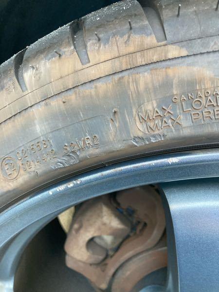リムガードの削れについて 先日ホイールとタイヤを縁石にぶつけてしまいタイヤのリムガードが数ミリ削れてしまいました。 リムガードは厚めにできていると聞いたのですが、交換したほうがいいでしょうか? 銘柄はミシュラン パイロットスポーツ4でたまにサーキットも走ったりします。
