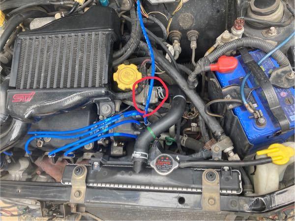 vivioky3のエンジンです。 赤丸の部品からどうやら水が漏れてるようなのですがこの部品の名前、品番など教えて頂けないでしょうか? よろしくお願い致します。