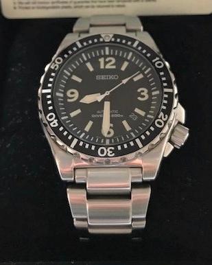 セイコーのSRP043、通称スポークですが元々2万7千円程の時計が中古品でも国内外とも倍以上の価格で流通している様ですが、なぜその様な事になってるのですか?特別な理由はなんですか?