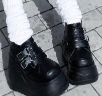 この画像の靴ってどこのものか分かりますかね…?ちなみにこの写真はろりぃさんです。
