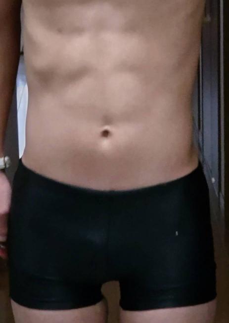 この腹筋は8パックに割れて見えますか?