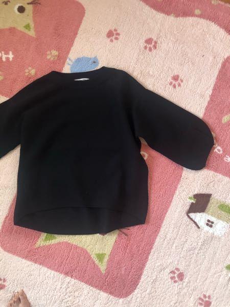 黒の七分袖から長袖のインナーを出したいのですが、お洒落なインナーが買えるサイトなどご存知ありませんか?袖口にレースが付いているようなインナーを探しています。(レースなしの方がいいですかね?) 下はグレー系のニットっぽいプリーツスカートです。どちらかと言うと綺麗めです。写真のニットも、画像では分かりませんが、カジュアルではなく上品な感じです。 袖から見えるインナーは黒よりグレー系が良いのでしょうか?